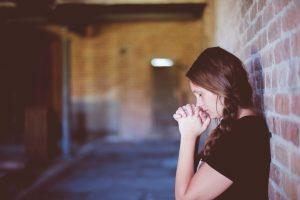 בחורה מודאגת